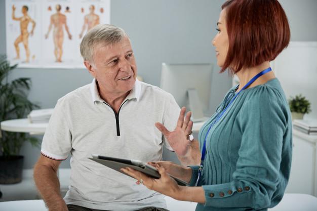 Patient parlant avec sa conseillère en mutuelle santé